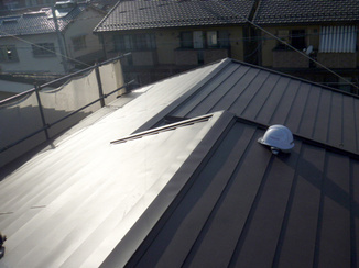 外壁・屋根リフォーム 上張りでしっかり補強&見た目にもかっこいい屋根