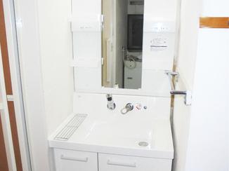 バスルームリフォーム 手すりの設置や段差の解消で、ご両親も快適な生活空間に