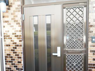 エクステリアリフォーム お値打ちで半日仕上がり!ドア本体のみのお取替えで玄関イメージ一新!