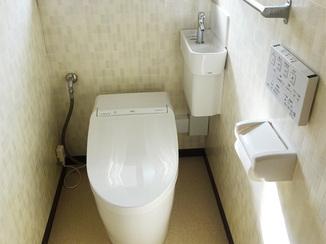 トイレリフォーム タンクレスでスペースすっきり!手洗い器が付いて便利になったトイレ