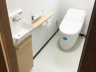 トイレリフォーム お手入れも楽なタンクレスで、広く使いやすくなったトイレ