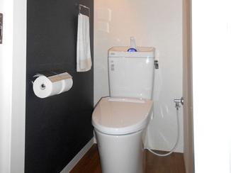 トイレリフォーム 使い勝手のよい引戸に変わり、暖房便座もついたトイレ
