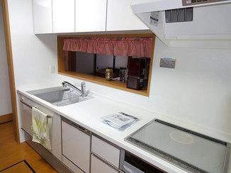 キッチンリフォーム 継ぎ目のないカウンターがお手入れのしやすいキッチン
