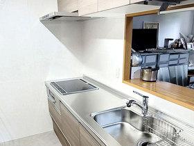 キッチンリフォーム引出収納で収納力アップ!面材にもこだわり明るい空間へ